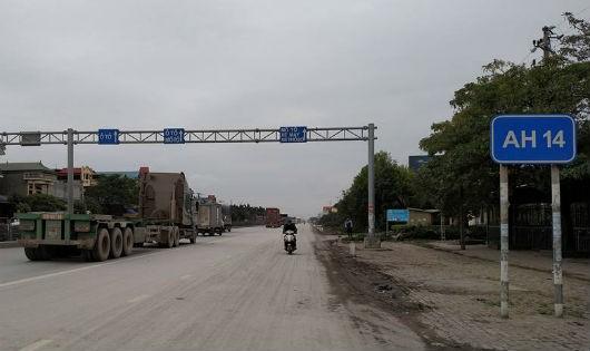 """""""Khai tử"""" biển báo giao thông bất hợp lý ở Hà Nội"""