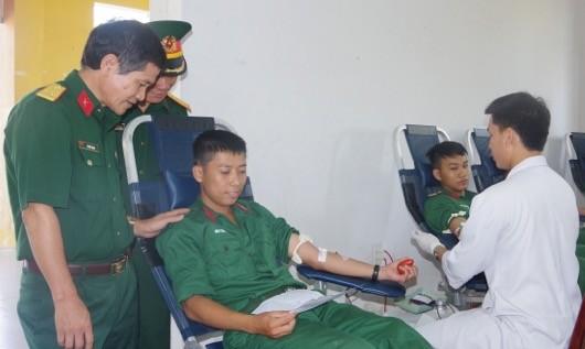 Gần 300 cán bộ chiến sĩ Thừa Thiên Huế hiến máu tình nguyện