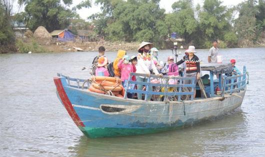 Người dân thấp thỏm lo sạt lở, học trò nít thở ngồi đò qua sông Trà Bồng