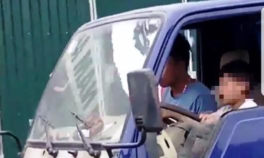 Công an xác minh clip bé trai lái xe tải giữa phố