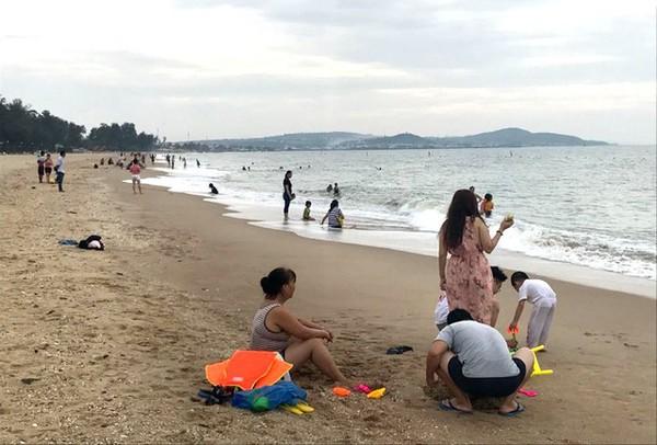 Người dân địa phương và khách du lịch tắm biển ở bãi Đồi Dương, TP. Phan Thiết.