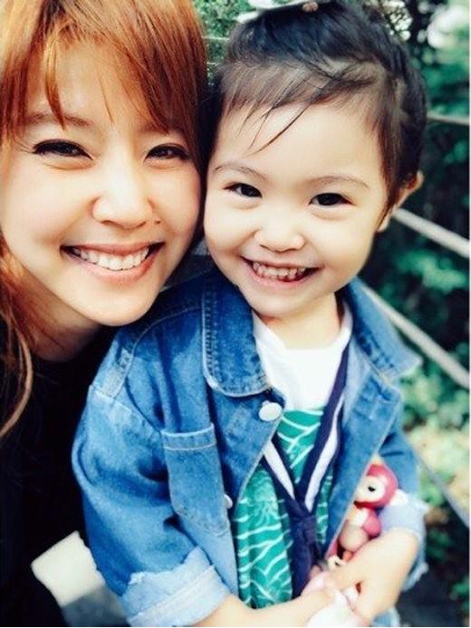 Lee Yoon Mi và cô con gái bản sao của mẹ.