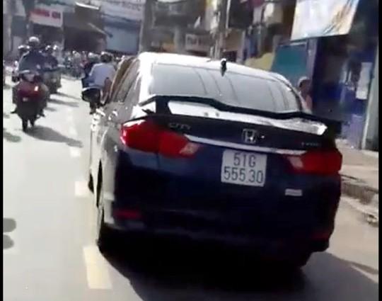 TP HCM: Tài xế gác chân lên cửa ô tô, phóng vun vút trên đường - Ảnh 3.