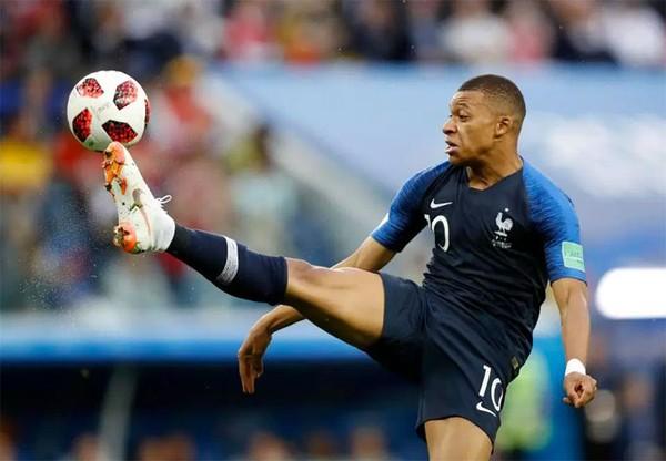 Mbappe có trận đấu xuất sắc, liên tục quấy phá hàng thủ Bỉ, khiến lối chơi phòng ngự phản công của Pháp sắc bén. Anh không ít lần tạo cơ hội thuận lợi cho đồng đội Giroud hay Pavard.