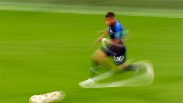 ... với những pha đi bóng tốc độ và lắt léo. Mbappe sở hữu những tố chất của Ronaldo Béo.