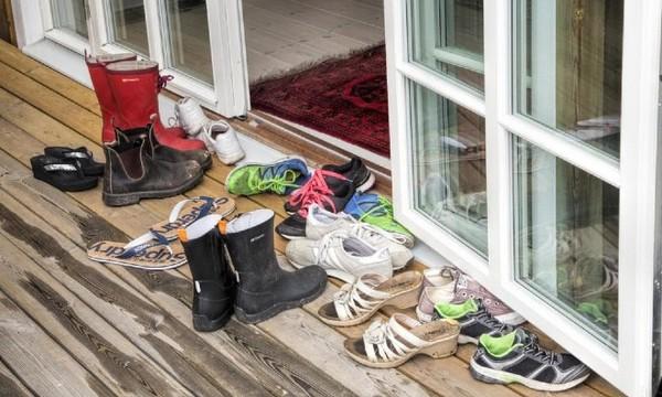Tháo giày trước khi vào nhà để tránh mang những vi khuẩn gây bệnh vào trong nhà. Ảnh: KP