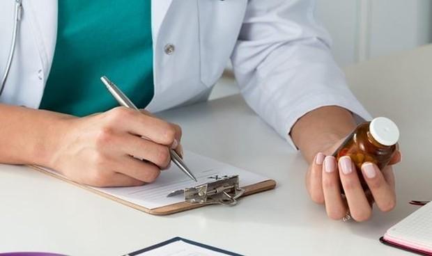 Bỏ quy định ghi CMTND  bố mẹ trên đơn thuốc của con