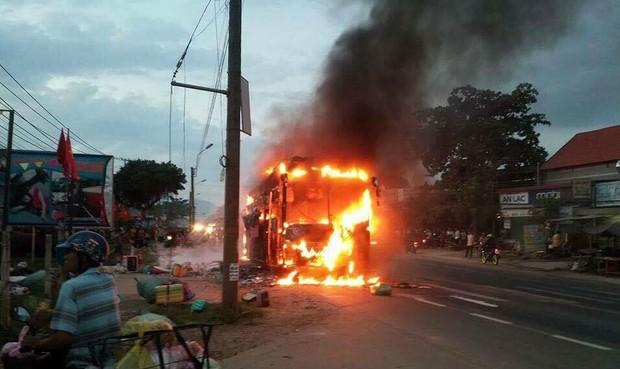 Hành khách sợ hãi tháo chạy khi xe khách bùng cháy lúc rạng sáng