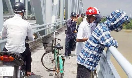 Thiếu nữ bỏ dép và xe đạp trên cầu nhảy xuống sông Lam tự tử