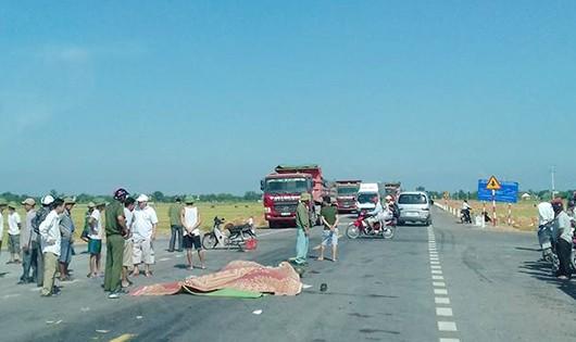 Bị xe tải cán trên đường ngàn tỷ, chồng thiệt mạng, vợ nguy kịch