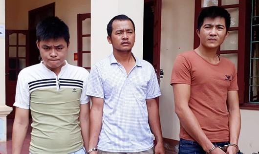 Hai thanh niên ăn trộm 40 bình ắc quy xe tải