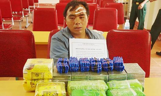 Thầy giáo dắt súng vận chuyển 20 bánh heroin, 7 kg ma túy đá