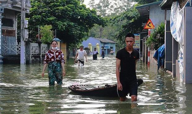 Khoảng 6.500 người chưa thể về nhà do ngập lụt ở ngoại thành Hà Nội