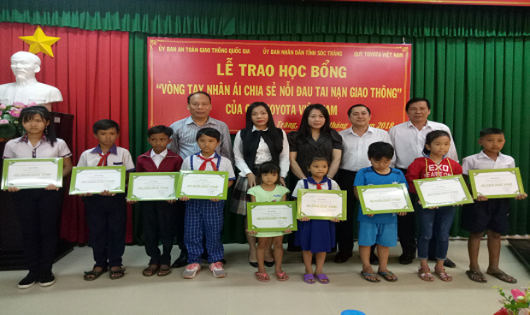 """Quỹ Toyota Việt Nam trao tặng Học bổng """"Vòng tay nhân ái"""" tại tỉnh Sóc Trăng."""