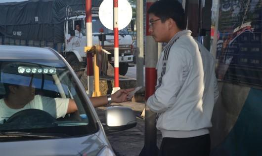 Nhân viên Trạm thu phí BOT Biên Hòa bận... đếm tiền, đường kẹt cứng