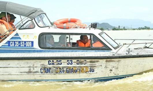 Thủ tướng đi ca nô thị sát lũ kỷ lục sông Hoàng Long