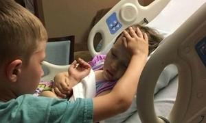 Rơi nước mắt cảnh cậu bé 6 tuổi an ủi em gái sắp qua đời