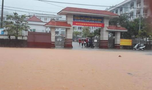 Bộ trưởng Phùng Xuân Nhạ đề nghị bố trí phương tiện chuyên dụng hỗ trợ thí sinh vùng lũ