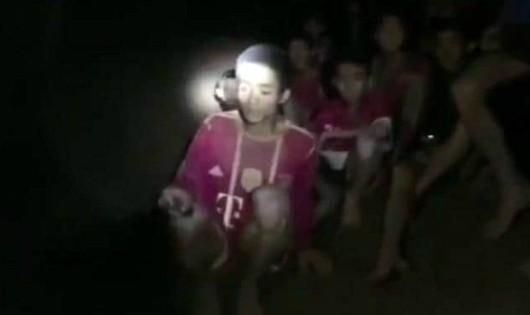 Đội bóng Thái Lan làm thế nào để sống sót trong hang ngập nước?