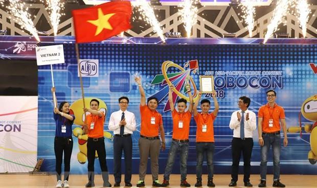 Đội Việt Nam 2 vô địch Robocon 2018