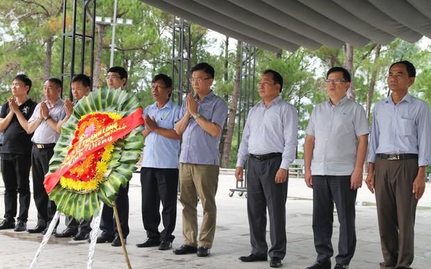 Bộ trưởng Lê Thành Long thăm viếng các nghĩa trang, di tích Quảng Trị