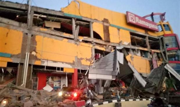 Động đất, sóng thần rúng động Indonesia, kéo sập nhiều tòa nhà