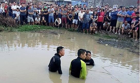 Tài xế taxi bị nước cuốn vào cống thiệt mạng
