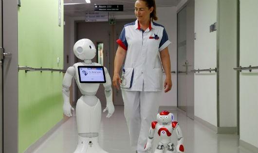 """Bước tiến của y tế thế giới: """"Bác sĩ robot"""" trợ giúp bác sĩ thật"""