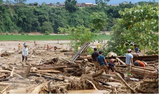 Tiếp tục tìm kiếm người mất tích, ổn định đời sống nhân dân vùng mưa lũ