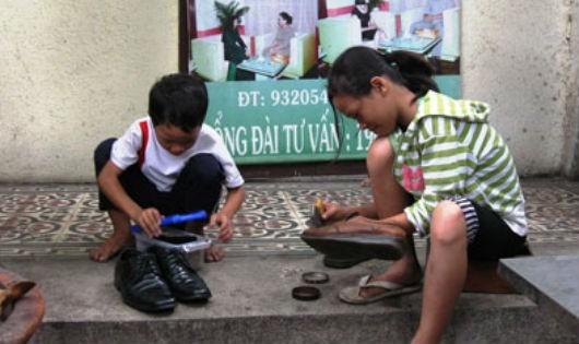 Chìa tay với trẻ em đường phố