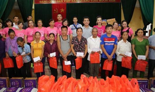 Trao quà cho các gia đình bị thiệt hại nặng sau cơn bão số 3 ở Phú Thọ