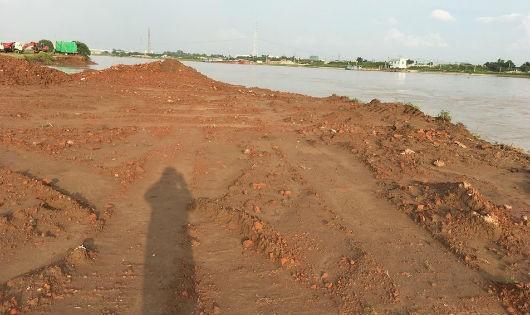 """Bãi sông bị """"rút ruột"""" được """"hoàn thổ"""" bằng rác """"lậu"""": Chính quyền """"im hơi lặng tiếng"""" để bãi bồi tiếp tục bị đào xới"""