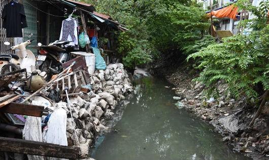 Người dân sống cảnh ô nhiễm vì mương Kẻ Khế thi công dang dở