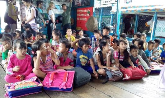 Chuyện xúc động về lớp học người Việt trên Biển Hồ