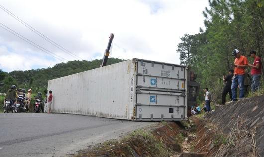 Xe container lật trên đèo Mimosa vì cua gấp