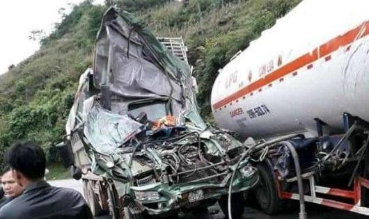 Xe tải nát bươm sau va chạm với xe bồn, hai tài xế bị thương nặng