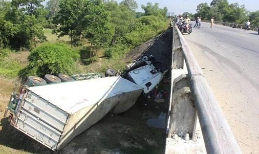 Va ô tô khách, xe container lao xuống cầu, tài xế suýt chết
