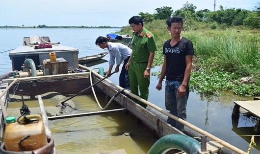 Phát hiện thuyền khai thác cát trái phép ở hạ lưu sông Hương