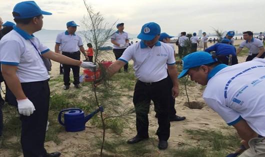 Đà Nẵng: Ra quân làm sạch bãi biển nâng cao nhận thức và thói quen của người dân