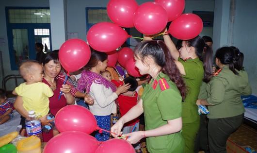 Công an Kon Tum tặng quà trung thu cho bệnh nhi