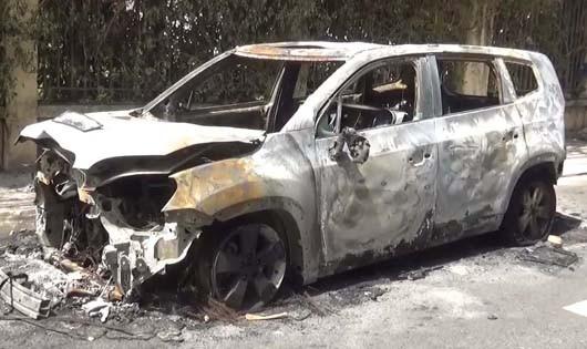 Chiếc ô tô bị đốt cháy trơ khung trước cửa nhà một nữ giám đốc