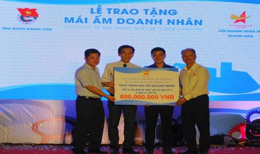Hội Doanh Nhân Trẻ Khánh Hòa trao 60 suất quà trị giá hơn 1 tỷ đồng giúp đỡ nhân dân vùng lũ
