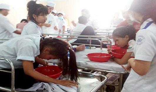Sau bữa ăn khai giảng 106 học sinh có dấu hiệu ngộ độc thực phẩm