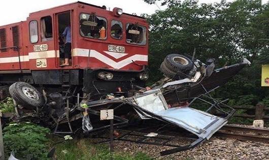Tàu hỏa đâm xe tải nát bét, tài xế thoát chết trong gang tấc