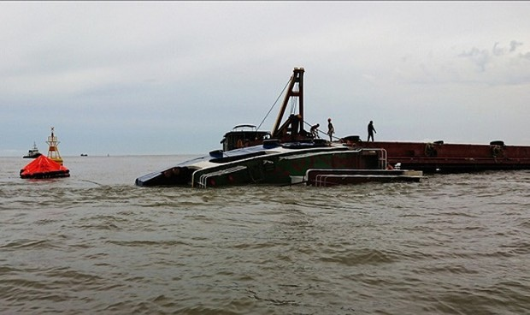 Khẩn trương trục vớt tàu nạo vét,  chở bùn thải bị chìm do gió lốc