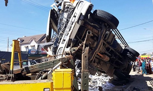 Ô tô quá tải trọng phóng 'tốc độ tử thần' khiến 5 người thiệt mạng