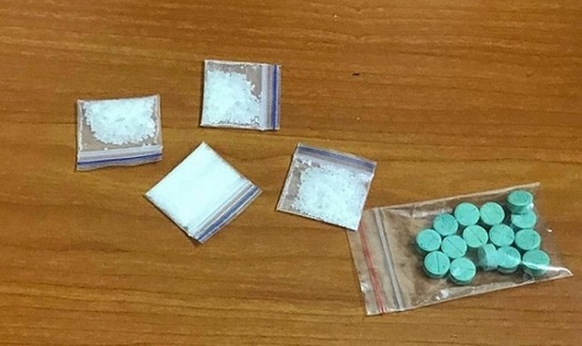 Bắt 2 thanh niên mang theo ma túy đá và thuốc lắc