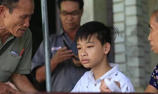 Con trai nạn nhân vụ cháy ở Đê La Thành thẫn thờ chờ mong phép màu đưa bố mẹ trở về