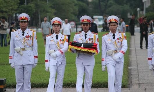 Trang trọng nghi thức treo cờ rủ tại Quảng trường Ba Đình