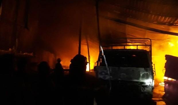 Cháy dữ dội xưởng sản xuất gỗ ép, người dân chạy khỏi nhà trong đêm